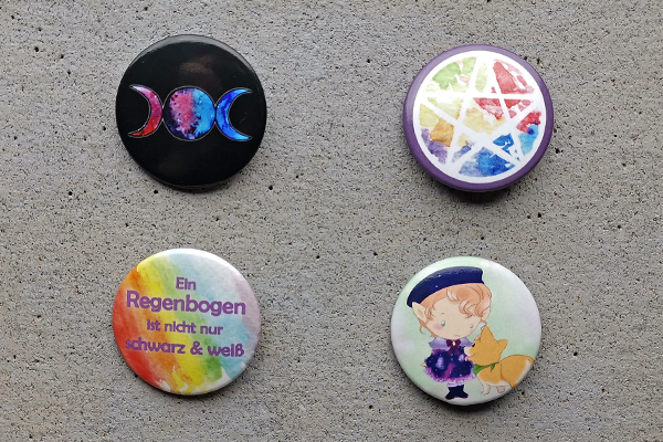 Buttons with differen subjects triple moon pentagram corgy elf Ein Regenbogen ist nicht nur schwarz und weiß